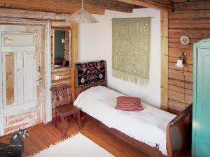 A bed or beds in a room at Puustilan Maisematila