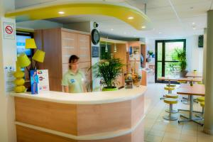 The lobby or reception area at ibis budget Bayeux