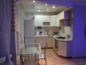 A kitchen or kitchenette at Apartment On Lenina 78