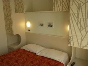 A bed or beds in a room at Hotel Haarlem