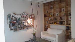 A seating area at Cassari UpArtments