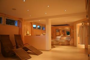 Ein Sitzbereich in der Unterkunft Hotel Landhaus Waldesruh