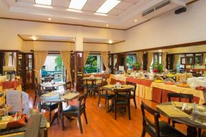 A restaurant or other place to eat at Apartotel & Suites Villas del Rio