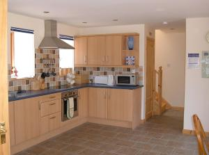 A kitchen or kitchenette at Plovermuir Cottage
