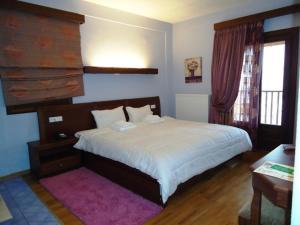 Ένα ή περισσότερα κρεβάτια σε δωμάτιο στο Ξενοδοχείο Κόκκινος Βράχος
