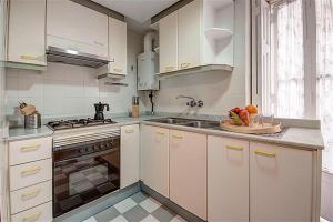 A kitchen or kitchenette at Friendly Rentals Danna