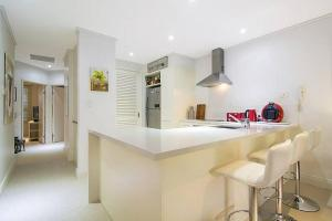 A kitchen or kitchenette at Whispering Palms