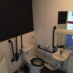 A bathroom at The Queen's Hotel Wetherspoon