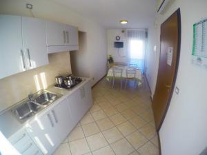 Kuchyň nebo kuchyňský kout v ubytování Residence Mediterraneo