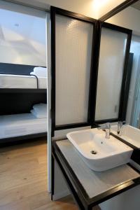 A bathroom at Hostel Complutum