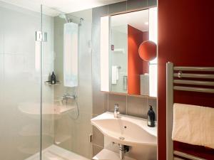 A bathroom at Aparthotel Adagio Köln City