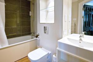 A bathroom at The Hatchet Inn Wetherspoon
