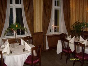 Restauracja lub miejsce do jedzenia w obiekcie Pensjonat - Restauracja Żółty Domek