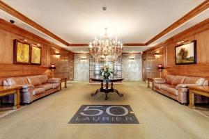 The lobby or reception area at Corporate Stays 50 Laurier Splendid Apartments