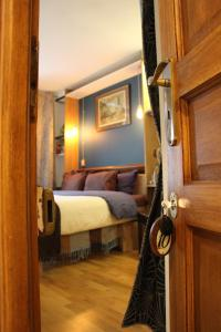 A bed or beds in a room at Chambres de la Grande Porte Bed & Breakfast