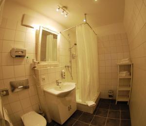 A bathroom at Hotel Mohren Post