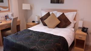 A bed or beds in a room at Springfields