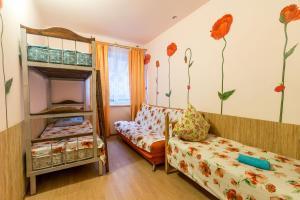 Двухъярусная кровать или двухъярусные кровати в номере Гостевой Дом Березка
