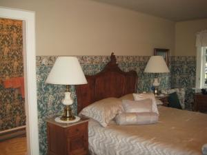 A bed or beds in a room at Point Grey Guest House