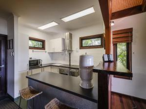 A kitchen or kitchenette at Lombok on Waterfall