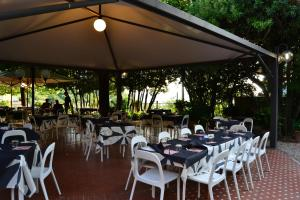 A restaurant or other place to eat at Albergo Umbria