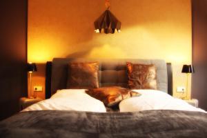 A bed or beds in a room at Kunst Pension Frahm