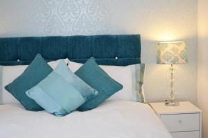 A bed or beds in a room at Coober Apartment - Home from Home