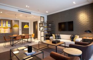 The lounge or bar area at Midtown Apartments
