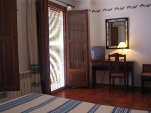 A bed or beds in a room at Hostal El Cascapeñas de la Alpujarra