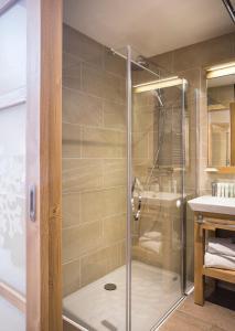 A bathroom at Hôtel Saint Charles Val Cenis