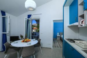 A kitchen or kitchenette at Port 9 Apartments