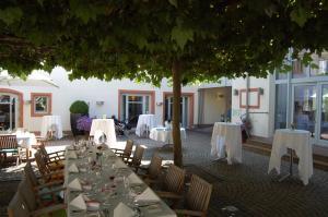 Ein Restaurant oder anderes Speiselokal in der Unterkunft Landhotel zum Schwanen