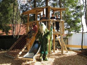 Ein Kinderspielbereich in der Unterkunft Berghotel Mummelsee