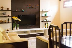 Uma TV ou centro de entretenimento em Pousada Dom Fernandes
