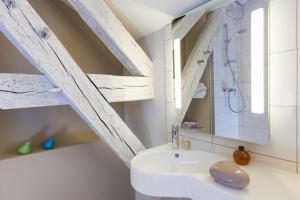 Salle de bains dans l'établissement ibis Styles Chaumont Centre Gare