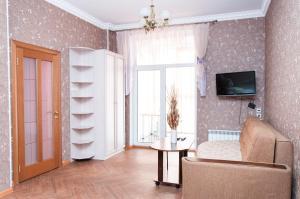 Телевизор и/или развлекательный центр в Inndays Apartments on Demonstratsii