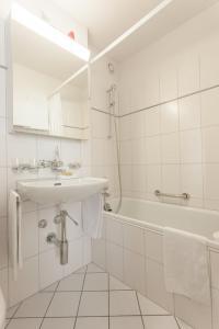 Ein Badezimmer in der Unterkunft EMA House Serviced Apartments Aussersihl