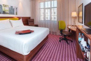 Ein Bett oder Betten in einem Zimmer der Unterkunft Hampton by Hilton Samara