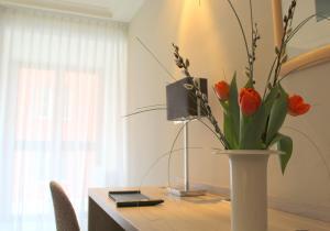 Una televisión o centro de entretenimiento en Hotel Erzgiesserei Europe