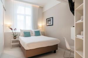 Ein Bett oder Betten in einem Zimmer der Unterkunft Leopold Hotel Ostend