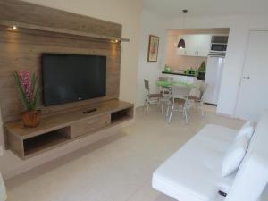 Uma TV ou centro de entretenimento em Beach Village Residence