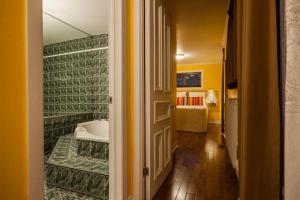 A bathroom at Hotel Chateau de l'Argoat