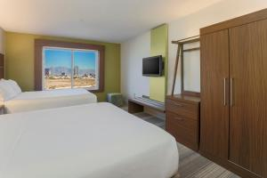 A bed or beds in a room at Holiday Inn Express Las Vegas South, an IHG hotel