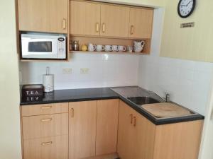 A kitchen or kitchenette at Curtis Cottage