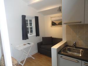 Een keuken of kitchenette bij Luxe Appartement Duinoord