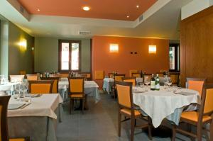 A restaurant or other place to eat at Hotel Mosca