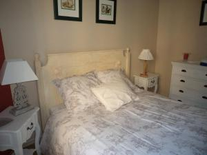 A bed or beds in a room at Logis de la Contrescarpe