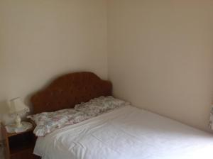 A bed or beds in a room at Hill View B&B
