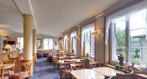 Ein Restaurant oder anderes Speiselokal in der Unterkunft Hotel im Rhyhof
