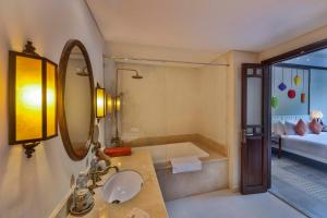 Ein Badezimmer in der Unterkunft Cozy Hoian Villas Boutique Hotel
